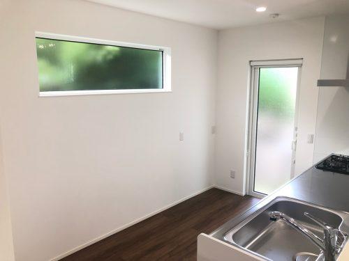 2面窓で明るいキッチン