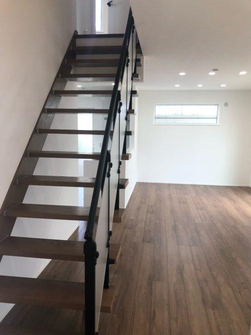お部屋を広く見せるスケルトン階段